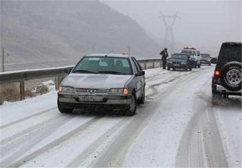 وضعیت جاده بانه سقز بارش برف و باران و ترافیک نیمه سنگین در بیشتر جادههای ...