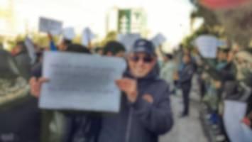 نیروی انتظامی از تجمع سهامداران پدیده شاندیز مقابل مجلس جلوگیری کردند