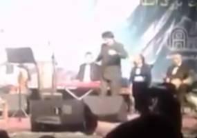 پایکوبی علیرضا افتخاری در اجرای کنسرتش+ویدئو