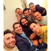 سلفی جالب رضا صادقی در کنار خواننده های لُس آنجلسی! | اردیبهشت 95