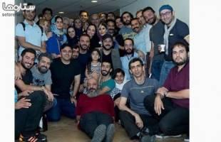 عکس یادگاری هنرمندان با بازیگران مجلس ضربت زدن