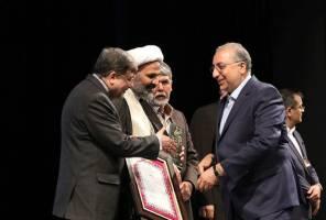 تندیس مقام اول چاپ امنیتی شانزدهمین جشنواره صنعت چاپ کشور را بانک ملی ایران دریافت کرد