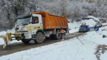 تلاش بی وقفه نیروهای راهداری شرق گلستان برای برفروبی جاده ها
