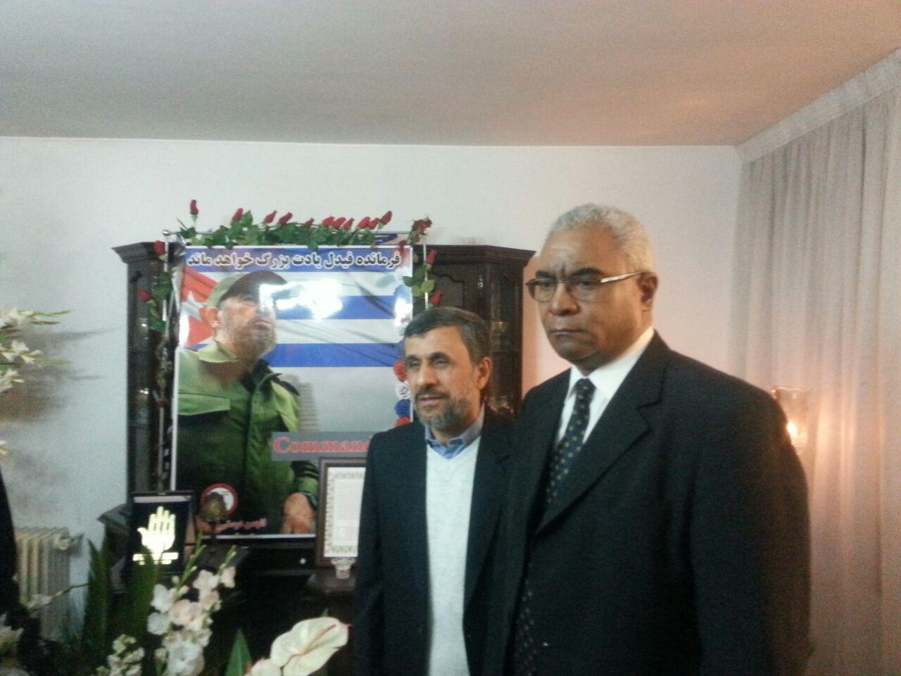 یادداشت احمدی نژاد در دفتر یادبود فیدل کاسترو