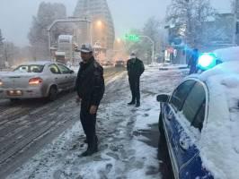 آمادهباش بامدادی پلیس پایتخت در پی بارش برف + عکس
