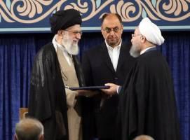 رهبر انقلاب حکم تنفیذ حسن روحانی را اعطا کردند+دستخط