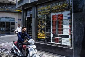 گردگیری صرافان از تابلوهای اعلام نرخ