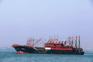 کشتی های چینی سوخت یارانه ای از ایران دریافت می کنند
