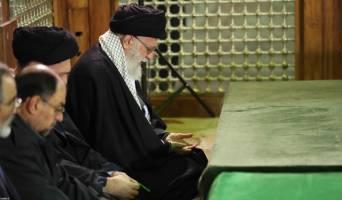 رهبر انقلاب در حرم امام خمینی(ره) و گلزار شهدا حضور یافتند