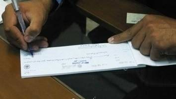 چرا برخی بانکها از اجرای صحیح قانون چک طفره میروند؟